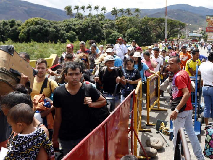 epa06111256 Venezuelans fleeing the country, cross the border to Colombia in Cucuta, Colombia, 26 July 2017. Venezuelans fearing violence and uncertainty flee their country as the government moves toward the vote on rewriting the Constitution and the government opposition organizes a 48-hour general strike.  EPA/Schneyder Mendoza