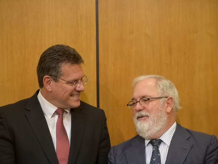 Commission Vice-President for Energy Union, Maroš Šefcovic, left, talks to Commissioner Miguel Arias Cañete, right, during the Memorandum Signature ceremony, in the CESEC high level conference in Bucharest, Romania, 28 september 2017.