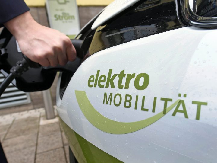epa05170388 Electrical car Renault ZOE of the Energy and Water Supply Bruchsal GmbH (EWB) being charged in Bruchsal, Germany, 19 February 2016. On the car, the words 'elektro Mobilit‰t' (lit. 'electronic mobility') can be read. On 19 February 2016, the economical region of Bruchsal received the promotion notices for the E-Carsharing project.  EPA/ULI DECK