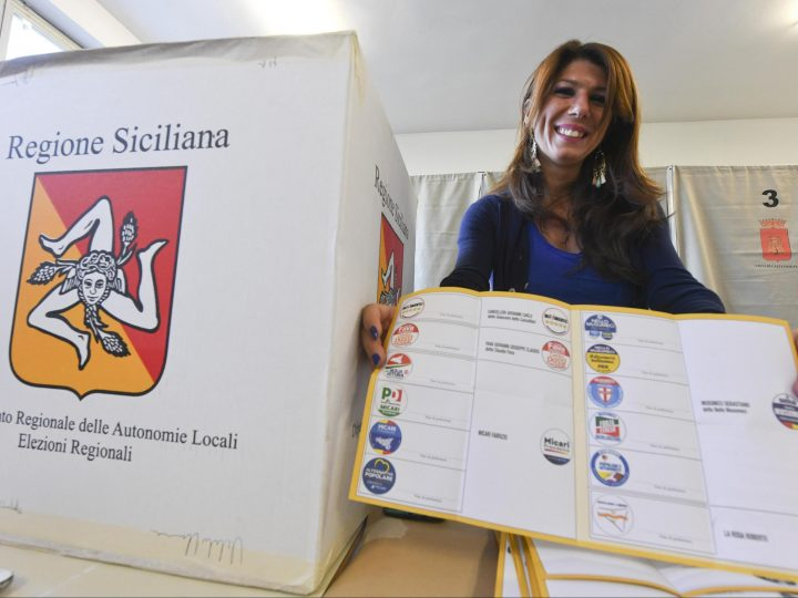epa06309361 A woman shows a ballot paper in a polling station in Caltanissetta, Sicily Region, Italy, 05 November 2017. Sicilians are voting for the presidency of Sicily Region.  EPA-EFE/CIRO FUSCO