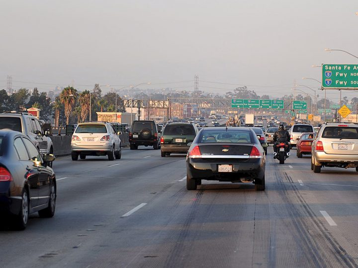 epa01403808 Traffic on the 10 freeway near Los Angeles, California, USA, 03 July 2008 as Southern California residents start their holiday weekend travel.  EPA/ANDREW GOMBERT