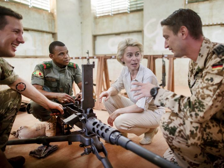 epa05246280 German Defense Minister Ursula von der Leyen (C-R) speaks to a German (R), a Malian (C-L) and British (L) officer as she visits the armory of the European Training Mission (EUTM) Mali in Koulikoro, Mali, 06 April 2016, where soldiers from Mali are trained international instructors, including soldiers from the German Armed Forces (Bundeswehr). Von der Leyen is currently on a three-days visit to Mali to meet German Bundeswehr soldiers serving within the UN Mission to Mali (MINUSMA) and the Mali Training Task Force program.  EPA/MICHAEL KAPPELER / POOL