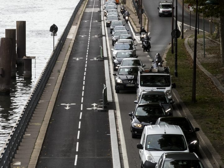 epa06199656 Vehicles are stuck in a traffic jam next to the new bicycle lane following the Seine River in Paris, France, 12 September 2017. The constructions of the new Parisian bicycle lanes encounter vivid criticism from drivers and politicians as the traffic is densified heavily.  EPA-EFE/ETIENNE LAURENT