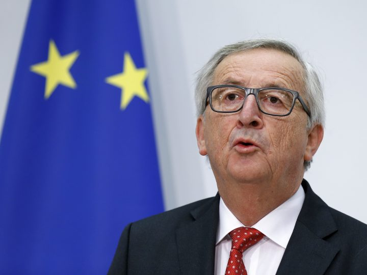epa06345461 European Commission President Jean-Claude Juncker attends a press conference during his official visit in Bern, Switzerland, 23 November 2017.  EPA-EFE/PETER KLAUNZER