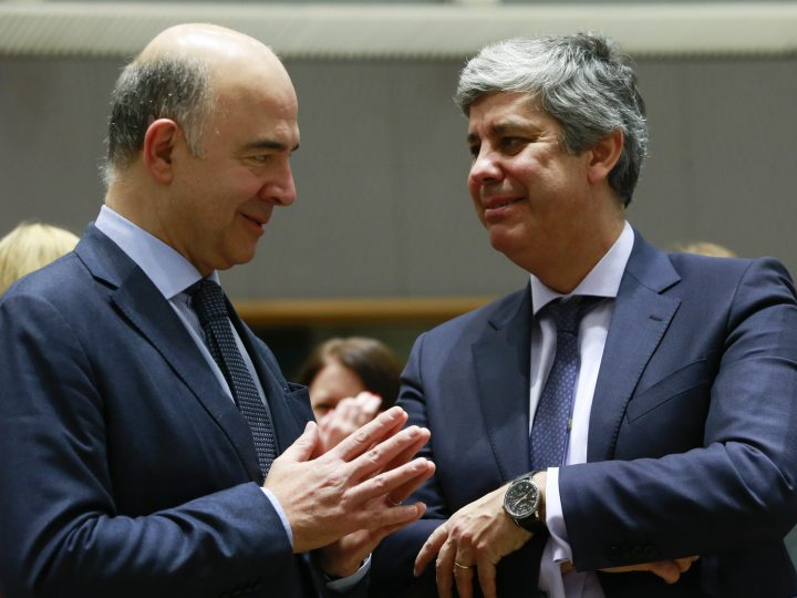 epa06368111 Pierre Moscovici (L), the European Commissioner for Economic and Financial Affairs, Taxation and Customs, speaks with newly elected President of the Eurogroup, Portuguese Finance Minister Mario Centeno  (R), during an European Finance Ministers Council meeting in Brussels, Belgium, 05 December 2017.  EPA-EFE/OLIVIER HOSLET