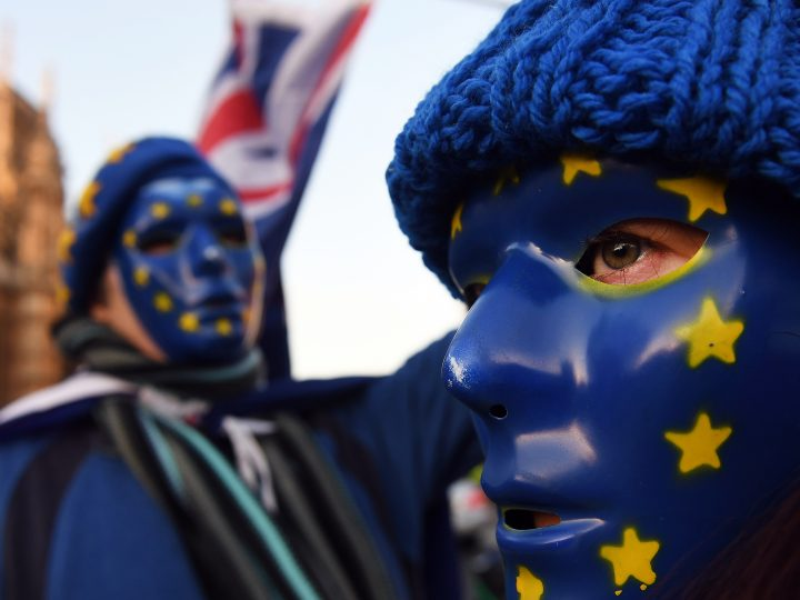 epa06397393 Pro EU protesters wearing masks with EU stars demonstrate outside the Parliament in London, Britain, 18 December 2017. British Prime Minister Theresa May makes a statement on Brexit and EU Summit at parliament on 18 December.  EPA-EFE/ANDY RAIN