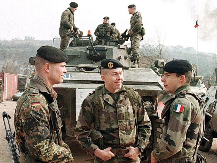 SAR04-19970205-SARAJEVO, BOSNIA AND HERCEGOVINA   German and French soldiers from the Franco-German brigade of the NATO-led Stabilization Force (SFOR) talk together 05 February 1997 at the Rajlovac barracks, near Sarajevo.    EPA-PHOTO/EPA/FHIM DEMIR/fd/ao/ow