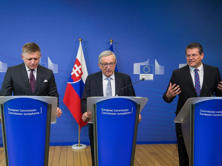 epa06112138 Slovakian Prime Minister  Robert Fico (L)  European Union (EU) Commission President Jean-Claude Juncker (C) and European Commission Vice-President for Energy Union Maros Sefcovic (R) give a press conference after a meeting at the European Commission in Brussels, Belgium, 27 July 2017.  EPA/STEPHANIE LECOCQ