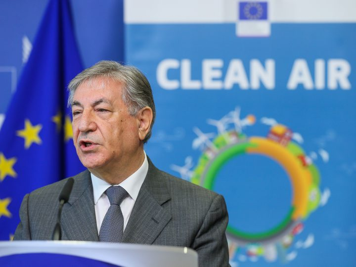epa06485104 EU Commissioner for Environment, Maritime Affairs and Fisheries Karmenu Vella gives a press conference following the meeting with Ministers of Air Quality at at the EU Commission in Brussels, Belgium, 30 January 2018.  EPA-EFE/STEPHANIE LECOCQ