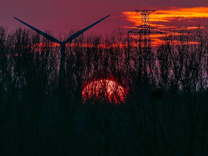 epaselect epa06498537 A view of the sunset behind wind turbines in Beersel near Brussels, Belgium, 05 February 2018.  EPA-EFE/STEPHANIE LECOCQ