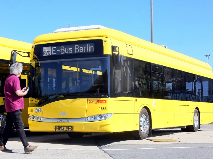epa04826279 A new electric bus of Berlin's main public transport operator BVG  stands in a depot in Berlin, Germany, 01 July 2015.†A total of four electric busses of the type 'Solaris Urbino 12 electric' will be operating on the e-bus line 204.  EPA/STEPHANIE†PILICK