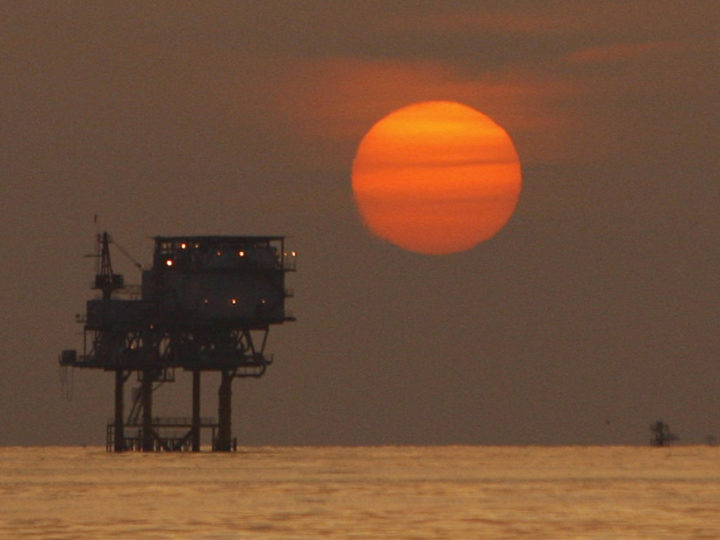epa04557058 (FILE) A file photo dated 15 July 2010 showing the sun setting over an oil well in the Gulf of Mexico, USA. Reports on 12 January 2015 state the oil price has fallen three per cent to its lowest level since April in 2009. Goldman Sachs has also lowered its three-month forecast of Brent crude oil, from the earlier forecast 80 USD to 42 USD and said it expects the price to stay close to 40 USD for the first six months of 2015.  EPA/ANN HEISENFELT