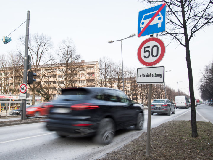 epa06567859 A traffic sign with the inscription 'Luftreinhaltung' (Air pollution control) indicating a speed limit of 50 km/h to keep the air clean on the Landshuter Allee in Munich, Bavaria, Germany, 27 February 2018. The German Federal Administrative Court, or 'Bundesverwaltungsgericht', the supreme administrative court in the Federal Republic of Germany which is located in Leipzig will decide on a ban for Diesel engine powered vehicles in cities on 27 February.  EPA-EFE/LUKAS BARTH