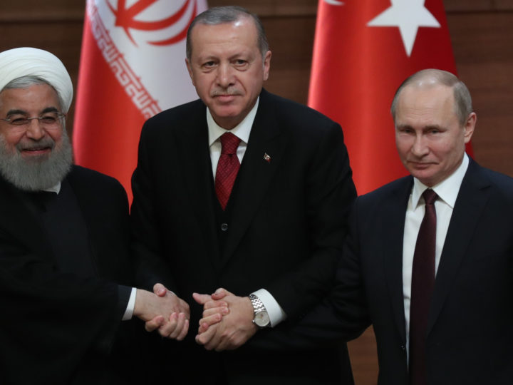 epa06645217 Turkish President Recep Tayyip Erdogan (C), Russian President Vladimir Putin (R) and Iranian President Hassan Rouhani (L) shake hands during a press conference after their meeting at the Presidential Palace in Ankara, Turkey, 04 April 2018. Erdogan, Putin and Rouhani are in Ankara for a trilateral meeting on the Syrian crisis.  EPA-EFE/TOLGA BOZOGLU