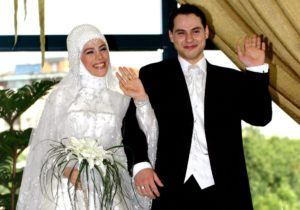 epa000231016 Turkish Prime Minister Recep Tayyip Erdogan's daughter and bride Esra Erdogan (L) and groom Berat Albayrak (R) are pose for photographers before their wedding in Istanbul, Turkey on Sunday, 11 July 2004.  EPA/STR
