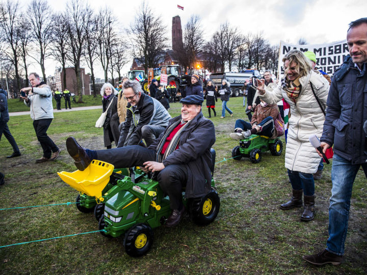 epa06490456 Protesting farmers from Groningen rally at the Malieveld in The Hague, Netherlands, 01 February 2018. They protest against the handling of the earthquake damage, as the Dutch government organised a hearing about the fracking in Groningen.  EPA-EFE/SIESE VEENSTRA