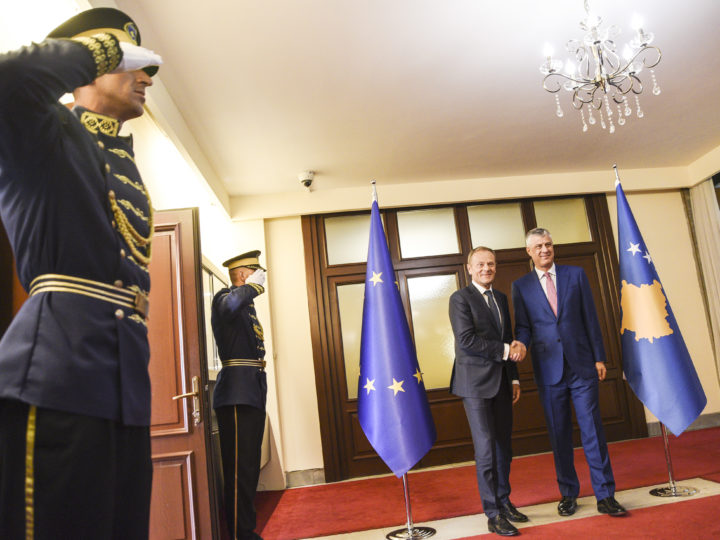 epa06693911 President of the European Council Donald Tusk (2-R) and President of the Republic of Kosovo Hashim Thaci (R) shake hands during a meeting in Pristina, Kosovo, 26 April 2018. Donald Tusk arrived in Pristina for a one day official vist.  EPA-EFE/PETRIT PRENAJ