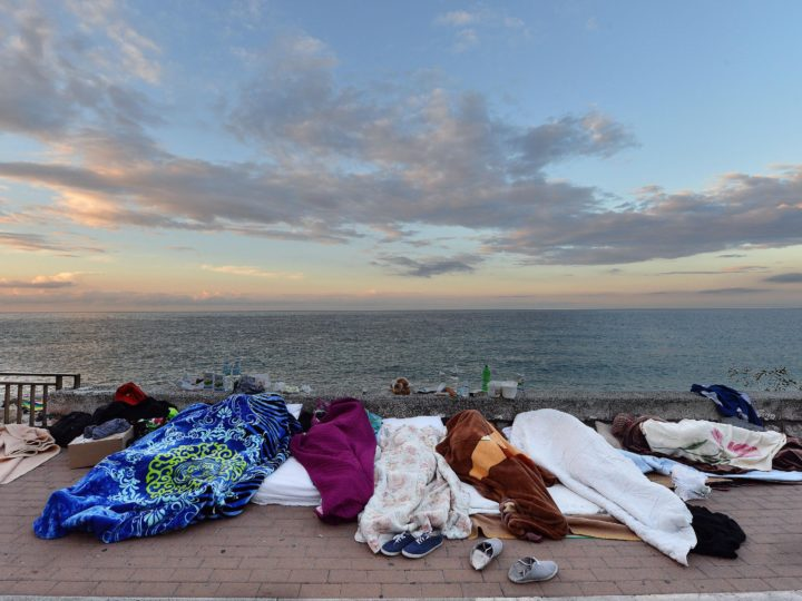 epaselect epa04804007 Migrants sleep by the sea, in Ventimiglia on the Italian border with France, 17 June 2015. Plans to tackle a migration surge that has challenged Europe for months hit a hurdle as EU interior ministers clashed over plans to redistribute asylum seekers.  EPA/LUCA ZENNARO