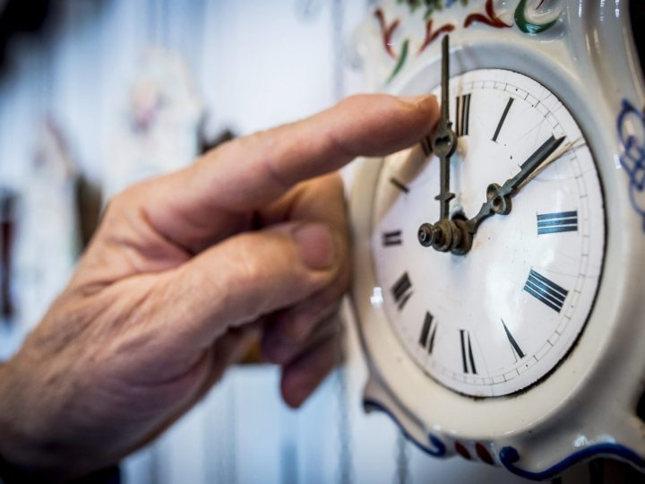 epa06295149 Descendant of a Hungarian noble family Bela Hatvani adjusts a clock backward one hour in a museum displaying his family?s clock collection in Kunszallas, some 120 kms southeast of Budapest, Hungary, 28 October 2017, ahead of the night when summer daylight saving time (DST) is reverted to standard time.  EPA-EFE/Sandor Ujvari HUNGARY OUT