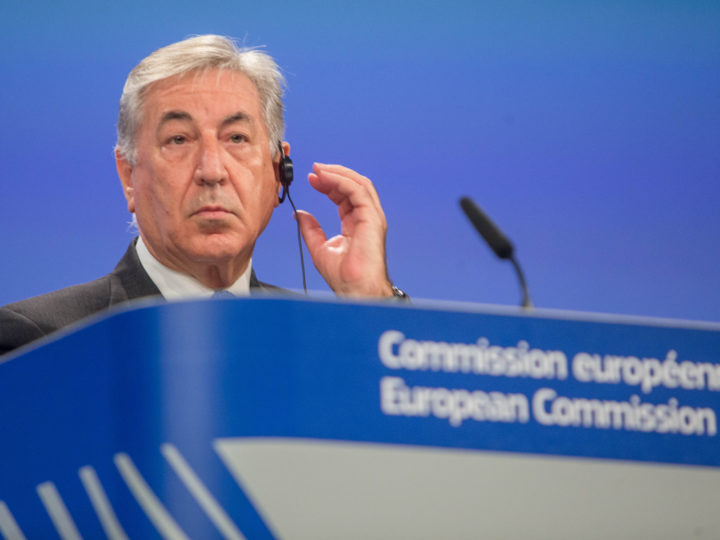 epa06744071 EU Commissioner for Environment Karmenu Vella gives a statement on action to improve air quality in Europe at the European Commission in Brussels, Belgium, 17 May 2018.  EPA-EFE/STEPHANIE LECOCQ