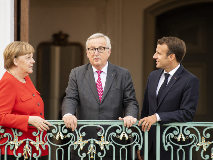epa06822253 German Chancellor Angela Merkel (L), French President Emmanuel Macron (R) and European Commission President Jean-Claude Juncker (C) pose for photographs during the German-French Ministers Meeting in front of the German government's guest house Meseberg Palace, in Meseberg, near Berlin, Germany, 19 June 2018. German and French ministers meet for a one day meeting to discuss bilateral topics, including Foreign, Defence and Security politics.  EPA-EFE/CHRISTIAN BRUNA