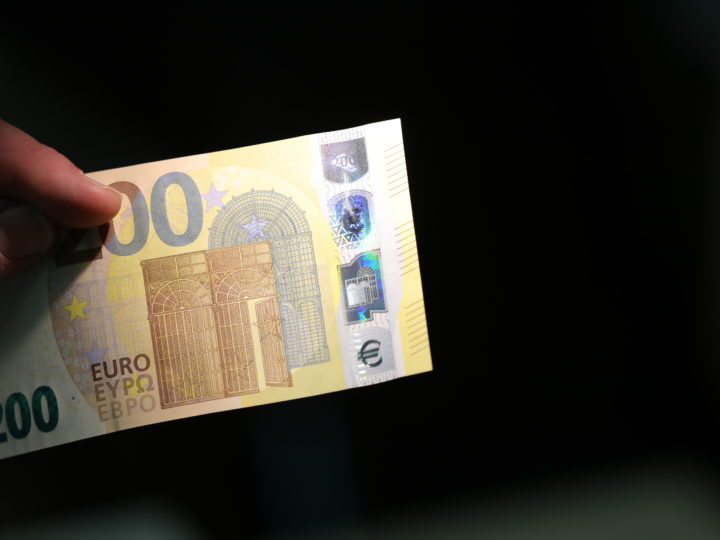 epa07027092 Members of the press inspect euro banknotes during the unveiling of the new 100 and 200 euro banknotes at the European Central Bank (ECB) in Frankfurt am Main, Germany, 17 September 2018. The new 100 and 200 euro banknotes, part of the Europa series banknotes, will enter into circulation on 28 May 2019.  EPA-EFE/ARMANDO BABANI