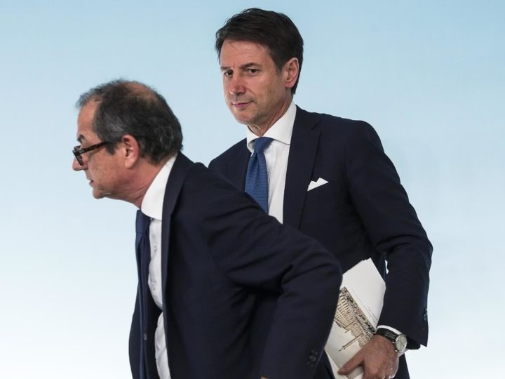 epa07067155 Italian Minister of Economy and Finance Giovanni Tria (L) with Italian Prime Minister, Giuseppe Conte, attend a press conference after a Government summit at Chigi Palace in Rome, Italy, 03 October 2018.  EPA-EFE/ANGELO CARCONI