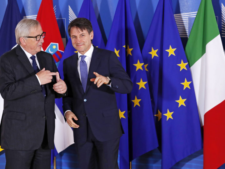 epa06835956 Euroepan Commission President Jean-Claude Juncker (L) welcomes Italian Premier Giuseppe Conte (R) for an informal meeting on migration and asylum issues in Brussels, Belgium, 24 June 2018. European Commission President Jean-Claude Juncker hosts the gathering ahead of a full summit of all 28 European Union leaders to overhaul the EU asylum system on June 28.  EPA-EFE/YVES HERMAN / POOL