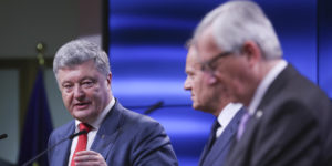 epa06875747 President of Ukraine Petro Poroshenko (L) with European Union Council President Donald Tusk (C) and European commission President Jean-Claude Juncker (R) during a news conference at the end of  EU Ukraine Summit in Brussels, Belgium, 09 July 2018.  EPA-EFE/OLIVIER HOSLET