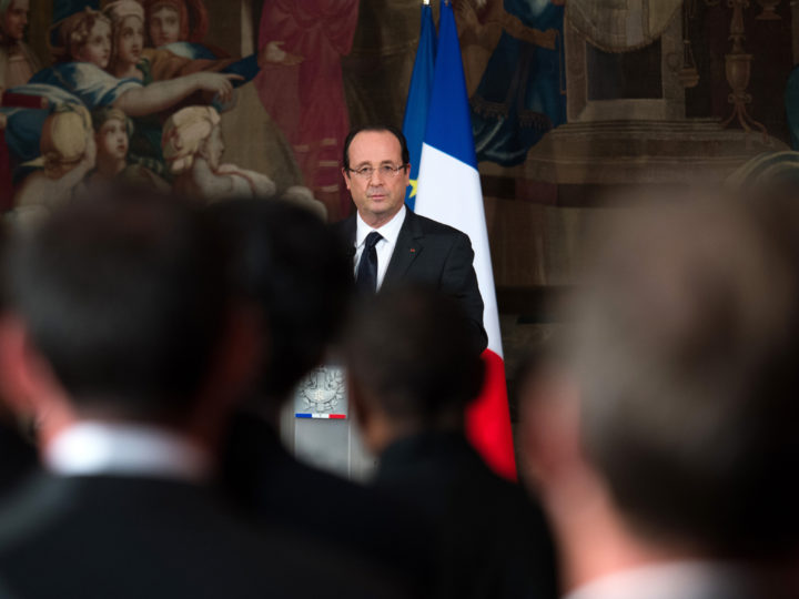 epa03497791 French President Francois Hollande delivers a speech during a meeting with New Caledonia authorites on the Noumea Accords (agreements),  at the Elysee palace, in Paris, France, 05 December, 2012 in Paris.  EPA/MARTIN BUREAU/POOL MAXPPP OUT