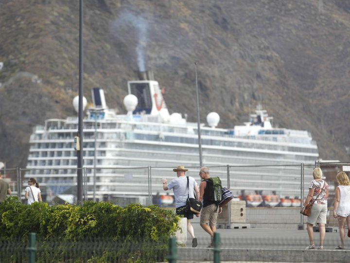 epa06278346 Tourists walk through the port in Tenerife, Canary Islands, Spain, 20 October 2017. More than 8,700 tourists, most of them from Germany, arrived to Tenerife together with some 2,800 crew members on board the cruise ships Ventura, TUI Discovery 2 and Mein Schiff 4.  EPA-EFE/Cristobal Garcia