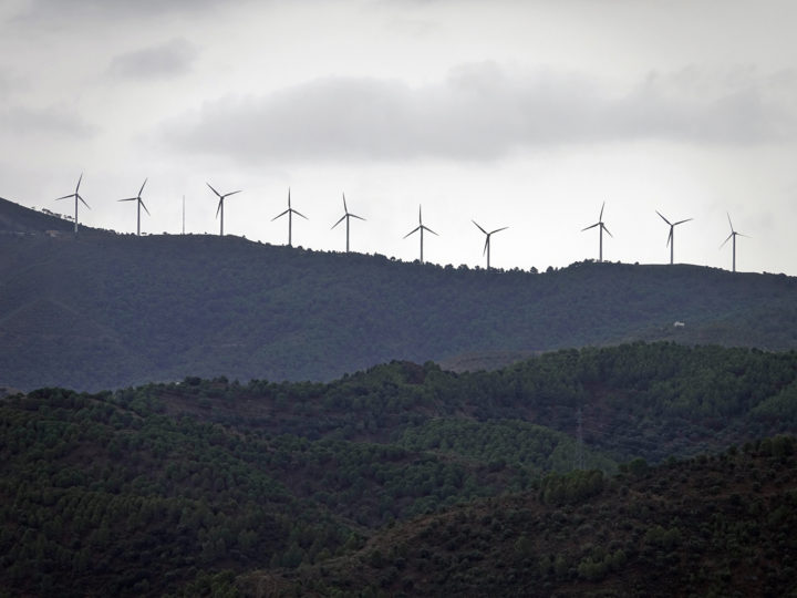 epa07148424 A general view of wind turbines on a hill near the village of Ardales in Andalusia, southern province of Spain, 21 October 2018.  EPA-EFE/MAURITZ ANTIN