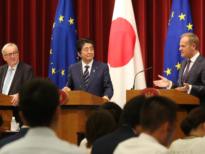 epa06894453 European Council President Donald Tusk (R) speaks as Japanese Prime Minister Shinzo Abe (C) and European Commission President Jean-Claude Juncker (L) listen during a joint press conference at Abe's official residence in Tokyo, Japan, 17 July 2018.  EPA-EFE/KOJI SASAHARA / POOL
