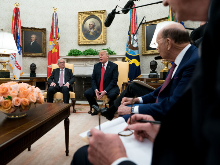 epa06910344 US President Donald J. Trump (C)  meets with President of the European Commission Jean-Claude Juncker (L), in the Oval Office at the White House in Washington, DC, USA,  25 July 2018.  EPA-EFE/KEVIN DIETSCH / POOL
