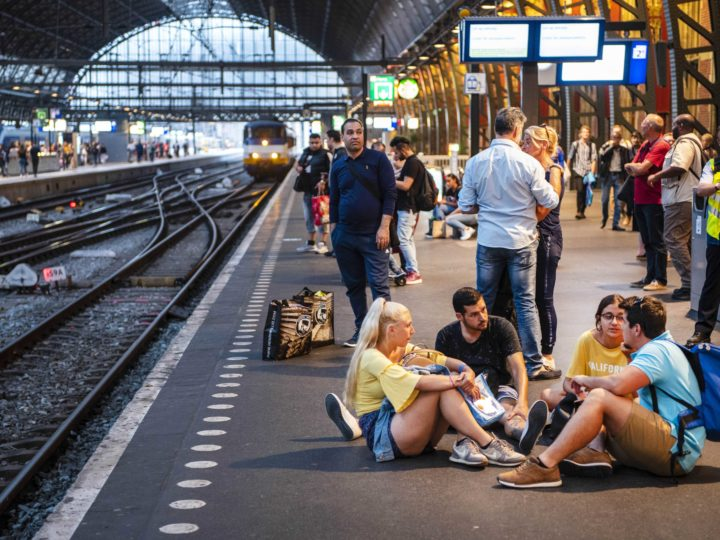epa06964167 Passengers wait for trains at a station as a major train disruption caused a shutdown of rail traffic for several hours around Amsterdam and Schiphol Airport, in The Netherlands, 21 August 2018.  EPA-EFE/EVERT ELZINGA