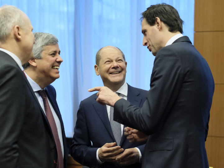 epa07306583 (L-R) Eurogroup President Portuguese Finance Minister Mario Centeno, German Minister of Finance Olaf Scholz and Dutch Finance Minister Wopke Hoekstra talk during Eurogroup Finance Ministers' meeting in Brussels, Belgium, 21 January 2019.  EPA-EFE/OLIVIER HOSLET