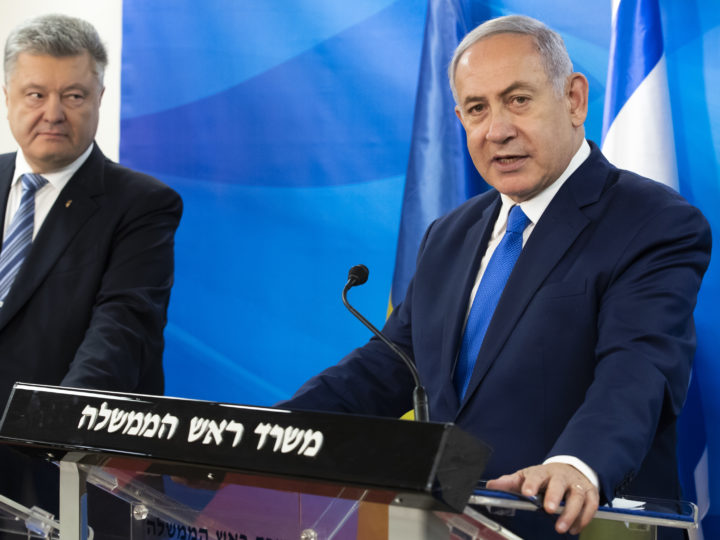 epa07307126 Ukraine President Petro Poroshenko (L) looks to Israeli Prime Minister Benjamin Netanyahu who speaks about the recent attacks in Syria as they make statements in the prime minister's Jerusalem offices, 21 January 2019 before the signing of a 1,500 page free trade agreement between the two countries.  EPA-EFE/JIM HOLLANDER / POOL