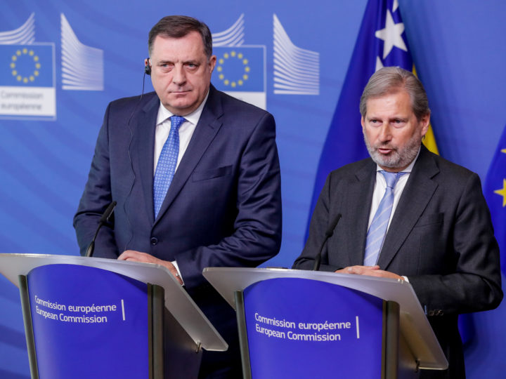 epa07412921 The Chairman of the Presidency of Bosnia and Herzegovina, Milorad Dodik (L), and the European Commissioner for Neighbourhood Policy and Enlargement Negotiations Johannes Hahn (R) attend a joint news conference at the end of their meeting at the European Commission in Brussels, Belgium, 04 March 2019.  EPA-EFE/STEPHANIE LECOCQ