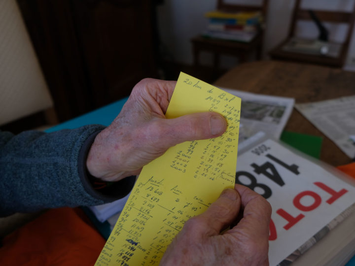 Mr Heymans holds a post-it note with all the times of his 20km of Brussels races