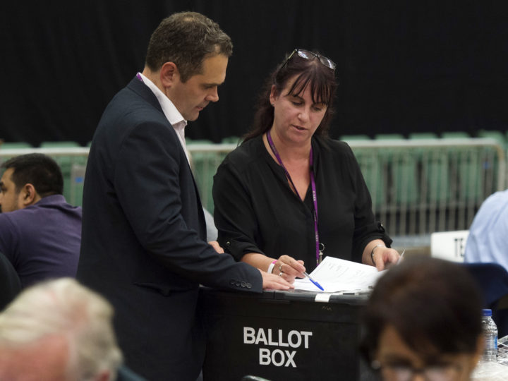 epa06017843 Election officials at the Magnet Leisure Centre count votes cast in the constituency of Maidenhead, Britain, 08 June 2017. British voters went to the polls to cast their ballot to elect a total of 650 Westminster Members of Parliament to form the next British Governement, in a General Election called by British Prime Minister Theresa May. Early exit polls indicate the Conservatives could lose their majority in parliament.  EPA/WILL OLIVER