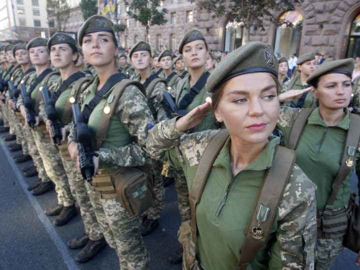 epaselect epa06965286 Ukrainian female soldiers take part in a dress rehearsal of military parade in downtown Kiev, Ukraine, 22 August 2018. Ukrainians will mark the Independence Day of Ukraine on 24 August 2018.  EPA-EFE/STEPAN FRANKO