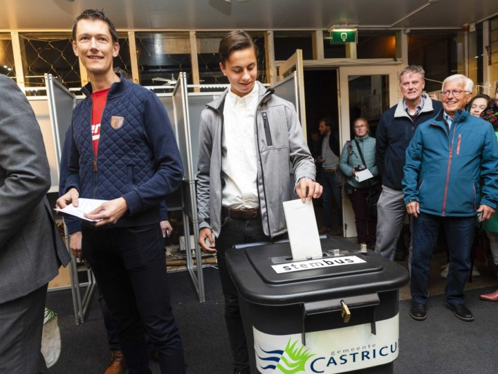 epa07593293 The first voters cast their ballot for the European Parliament elections at Castricum railway station in Castricum, The Netherlands, 23 May 2019. The European Parliament election are held by member countries of the European Union (EU) from 23 to 26 May 2019.  EPA-EFE/EVERT ELZINGA